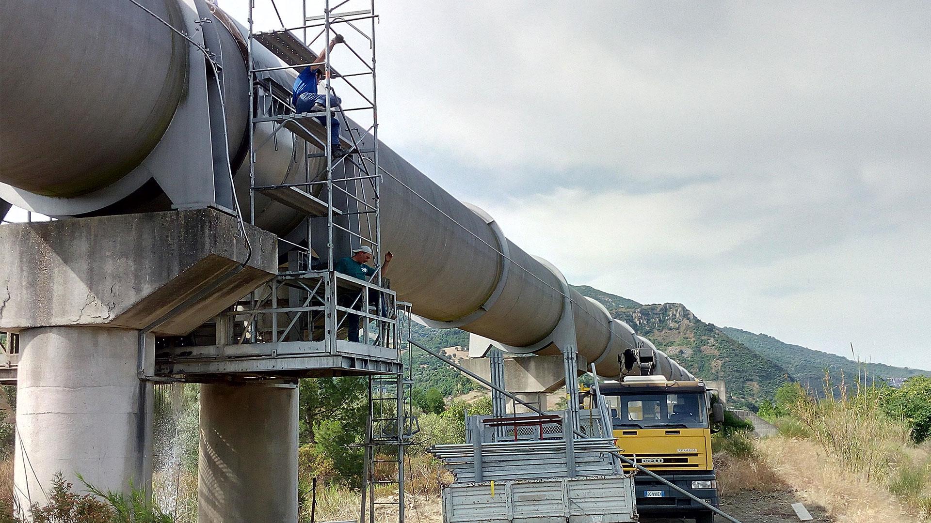 Büyük bir boru hattinin Hydro Cos muf üstü tamir parçası ile tamiri